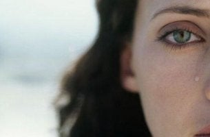 naisella kyynel poskella