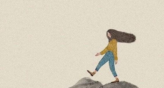 tyttö kävelee reippaasti