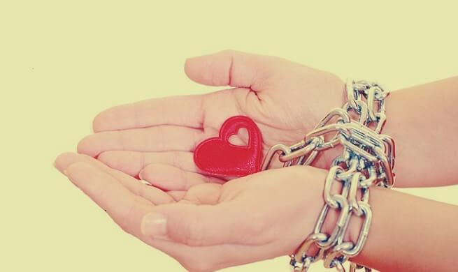 sydän kettingissä - vääristynyt rakkaus
