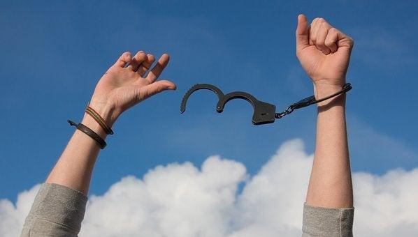 kädet vapaaksi käsiraudoista