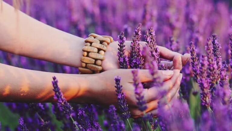 nainen hyväilee kukkia