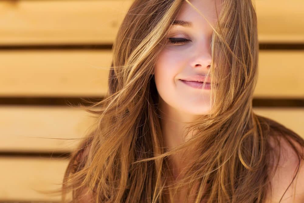 onnellinen nainen tietää kiltteyden hyödyt