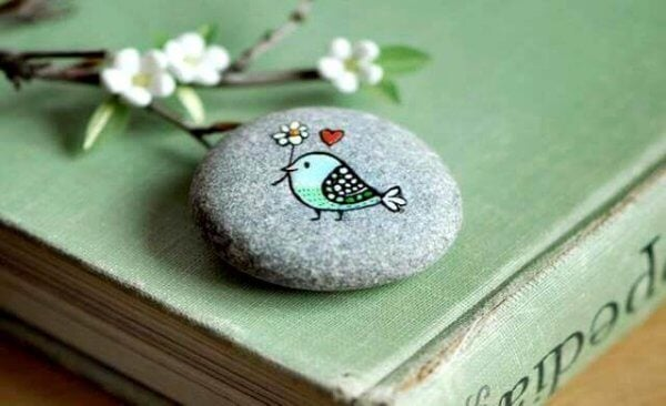 lintu maalattu kiveen