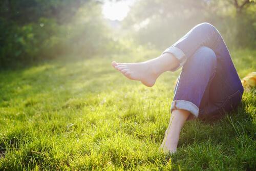 makaa ruohikolla ilman kenkiä