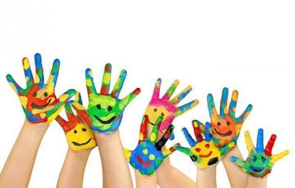 värikkäät, hymyilevät kädet