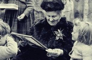lapset saavat koulutusta Maria Montessorilta