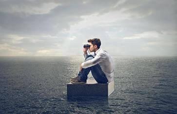 poika kiikareineen merellä