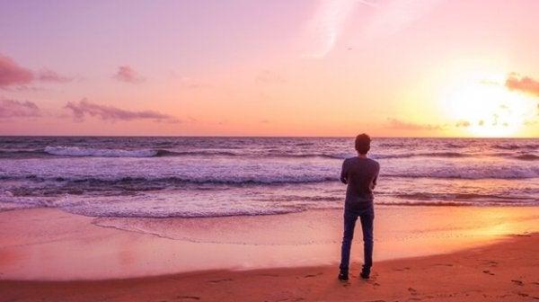 mies katsoo merelle