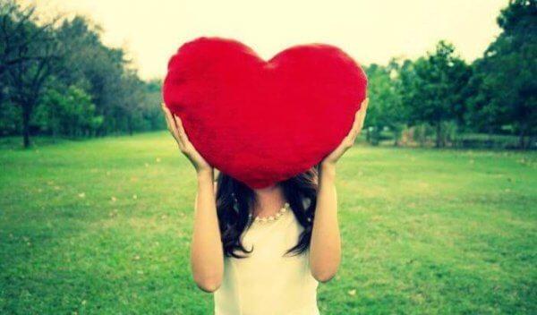 sydäntyyny naisen pään edessä
