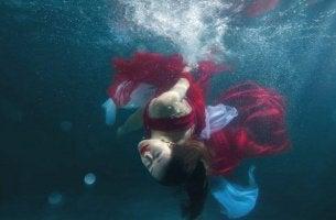 nainen on hukkumassa