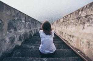 nainen korkeilla portailla