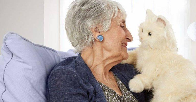 vanha nainen ja kissa