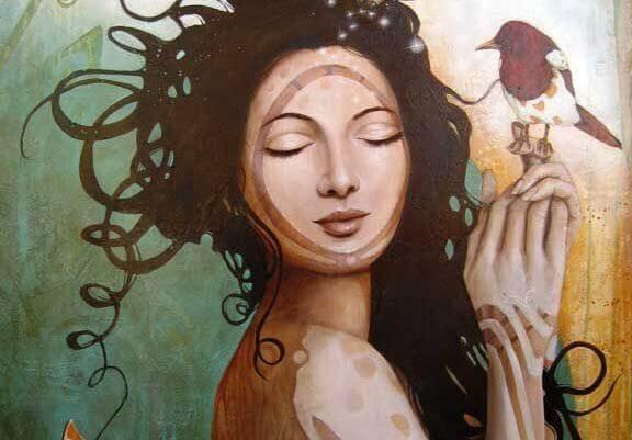 naisella on lintu kädellään