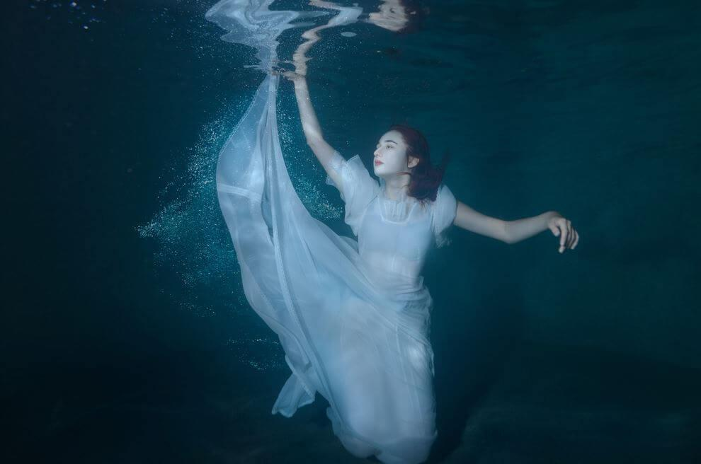nainen on veden alla