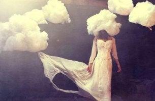naisen pää on pilven sisässä