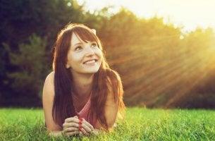 nainen ja positiivinen ajattelu