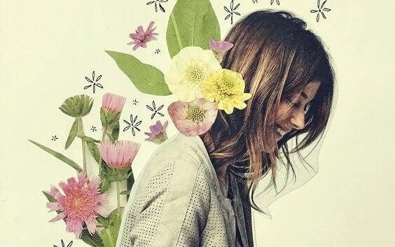 naisella kukkia selässään