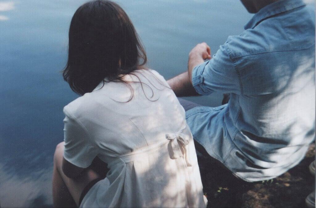 pariskunta järven rannalla