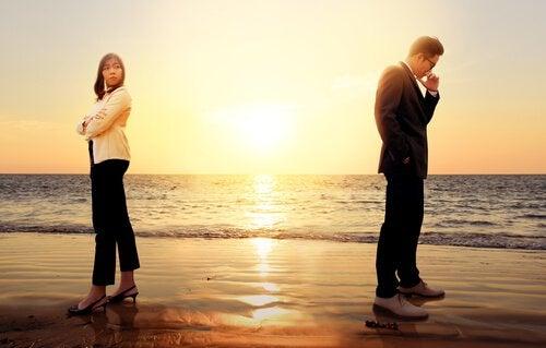 mies ja nainen rannalla erossa