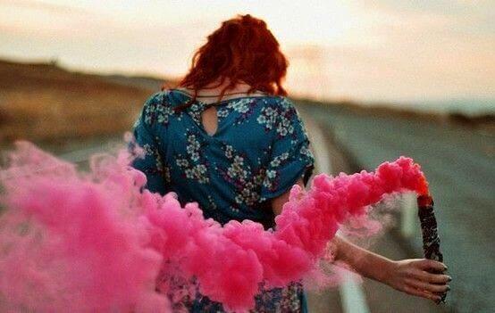 tyttö ja vaaleanpunainen savu