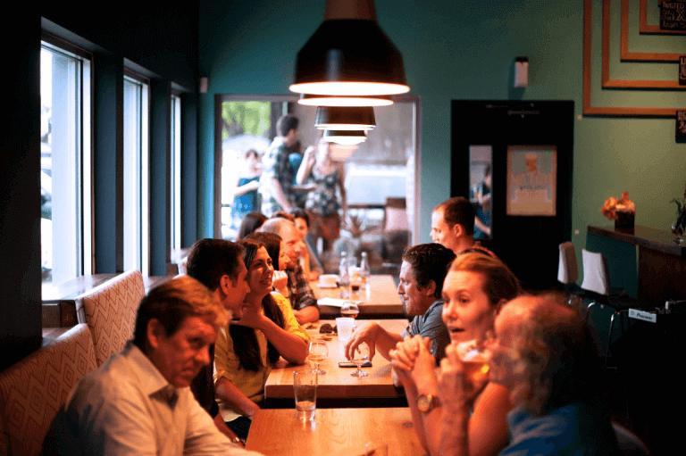 ravintolassa pöydät täynnä