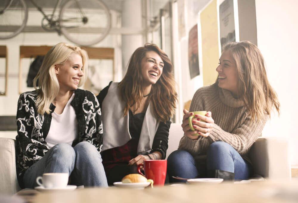 ystävykset kahvilla