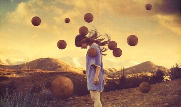 lentävät pallot naisen ympärillä