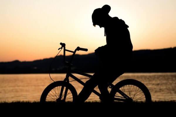 surullinen lapsi pyöränsä päällä - lasten suru