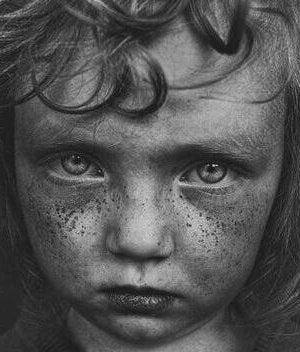 hämmentyneen näköinen lapsi