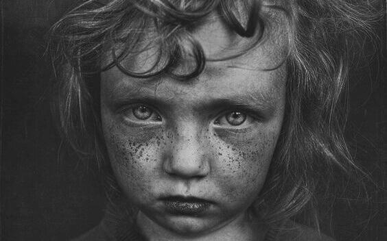 5 piirrettä, jotka liittyvät lapsuuden traumoihin