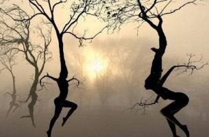 tanssivat puuihmiset
