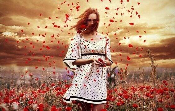 nainen ja lentävät kukkien terälehdet