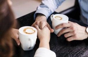 tunteista puhuminen kahvikupposen äärellä