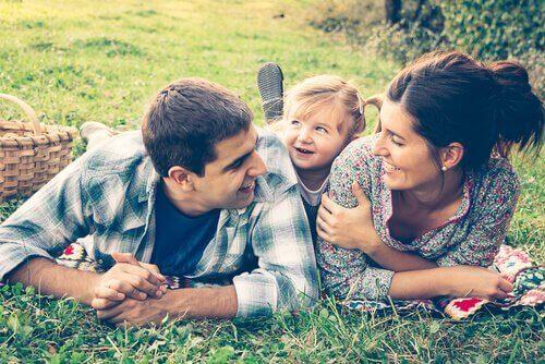 iloinen perhe piknikillä