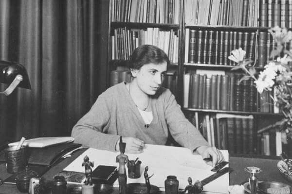 Anna Freud työhuoneessaan