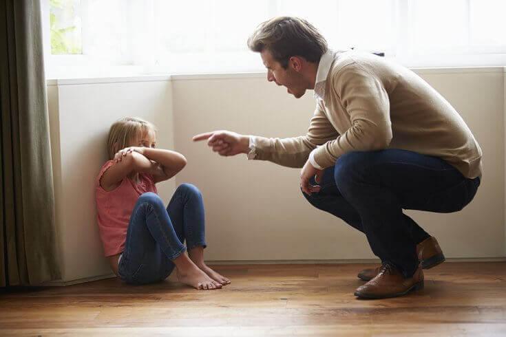 isä huutaa tytölle