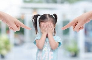 myrkylliset vanhemmat osoittavat lasta sormellaan