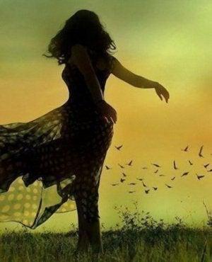 tanssiva nainen kedolla