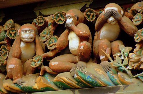 kolme viisasta apinaa ja tarinan opetus