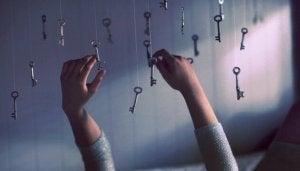 avaimet roikkuvat katosta