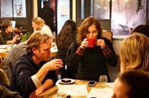 kahvila täynnä ihmisiä
