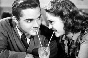 elokuvassa nainen ja mies juovat samasta lasista