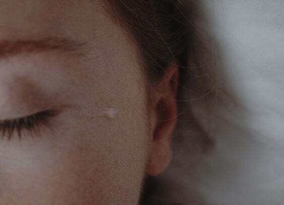 kyynel naisen poskella