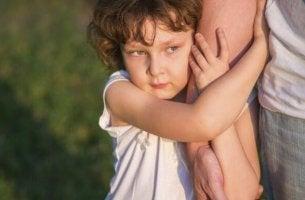 poika halaa aikuisen käsivartta