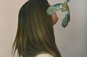 nainen lintu vierellään
