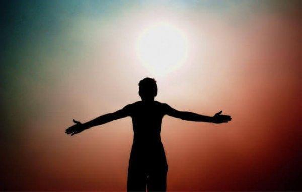 hahmo vasten aurinkoa