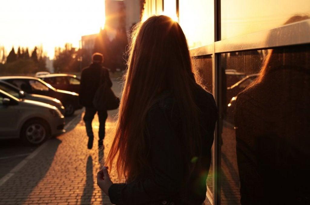 nainen katsoo kun mies kävelee pois