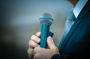 miehellä mikrofoni