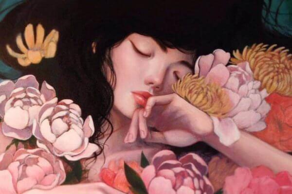 nainen kukkien lomassa