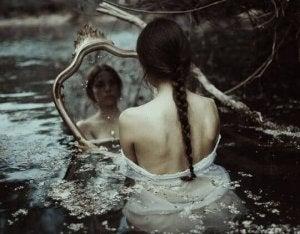 nainen vedessä katsoo peiliin